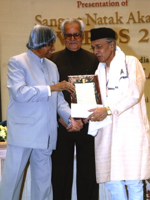 Pt. Tulsidas Borkar receiving the Sangeet Natak Academi award from then President A.P.J.Abdul Kalam